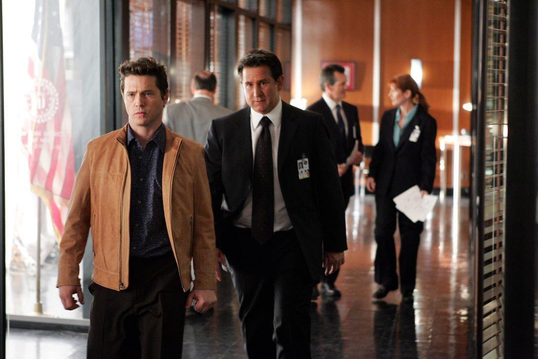 Jack (Anthony LaPaglia, r.) versucht herauszufinden, ob Alan Davis (Jason Priestley, l.) etwas mit dem Verschwinden der jungen Hilfs-Staatsanwältin... - Bildquelle: Warner Bros. Entertainment Inc.