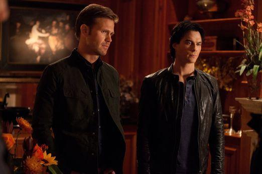 Vampire Diaries - Damon (Ian Somerhalder, r.) erzählt Alaric (Matt Davis, l.)...