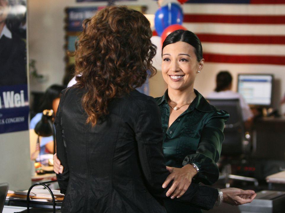 Aus Freundschaft zu Kara (Ming-Na, r.) bricht Violet (Amy Brenneman, l.) das Gesetz, wird aber dann schwer enttäuscht ... - Bildquelle: ABC Studios