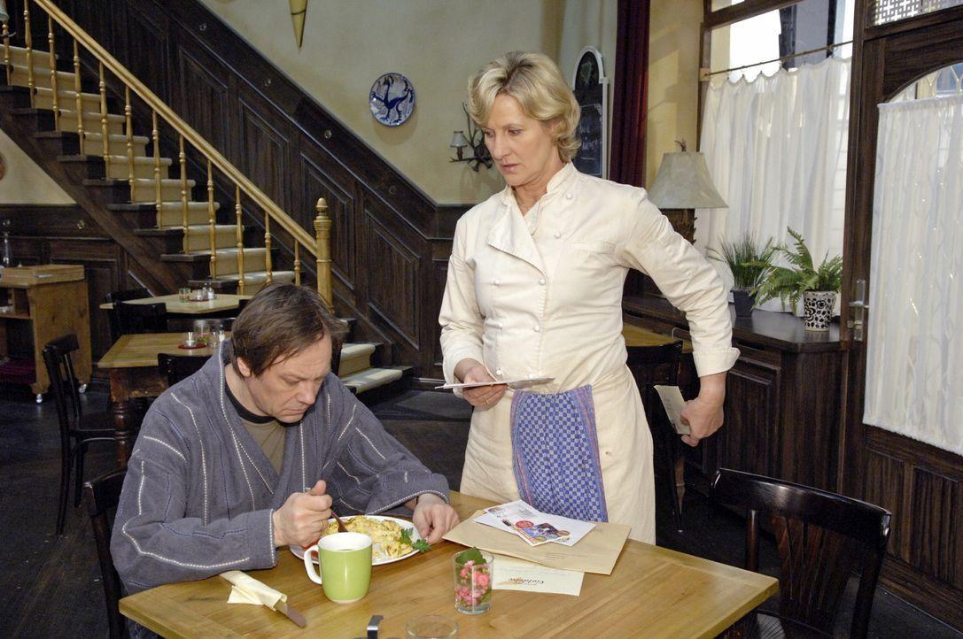 Susanne (Heike Jonca, r.) versteckt vor Armin (Rainer Will, l.) den Brief, den sie von Ingo bekommen hat. - Bildquelle: Claudius Pflug Sat.1