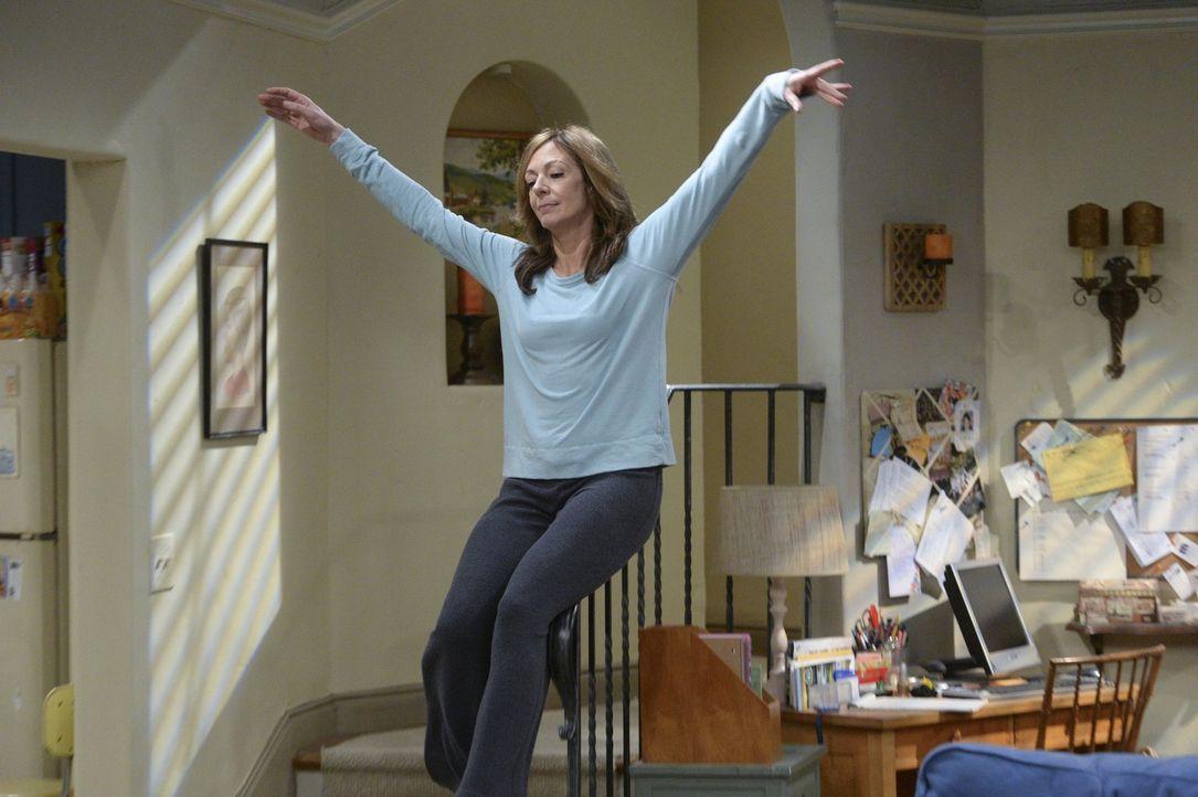 Wird Bonnie (Allison Janney) der Versuchung nachgehen und die Schmerzmittel nehmen? - Bildquelle: Warner Bros. Television