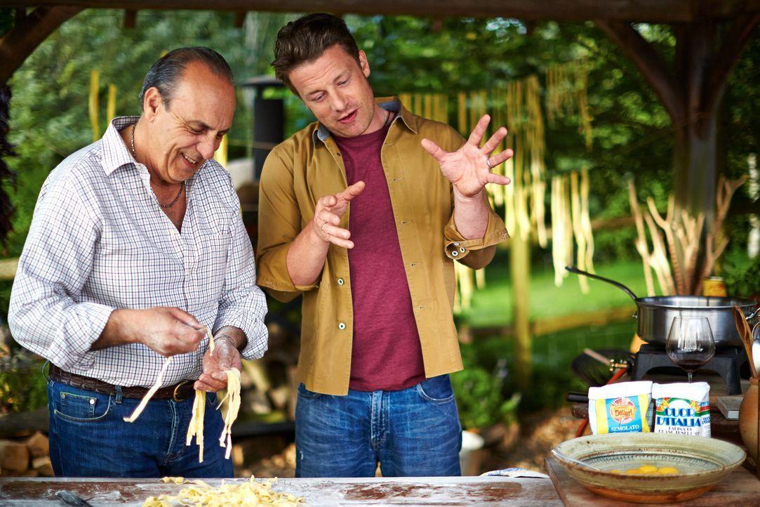 Gennaro Contaldo (l.) zeigt seinem alten Freund Jamie Oliver (r.), wie man die besten Bolognese Ravioli zubereitet ... - Bildquelle: FRESH ONE PRODUCTIONS MMXIV