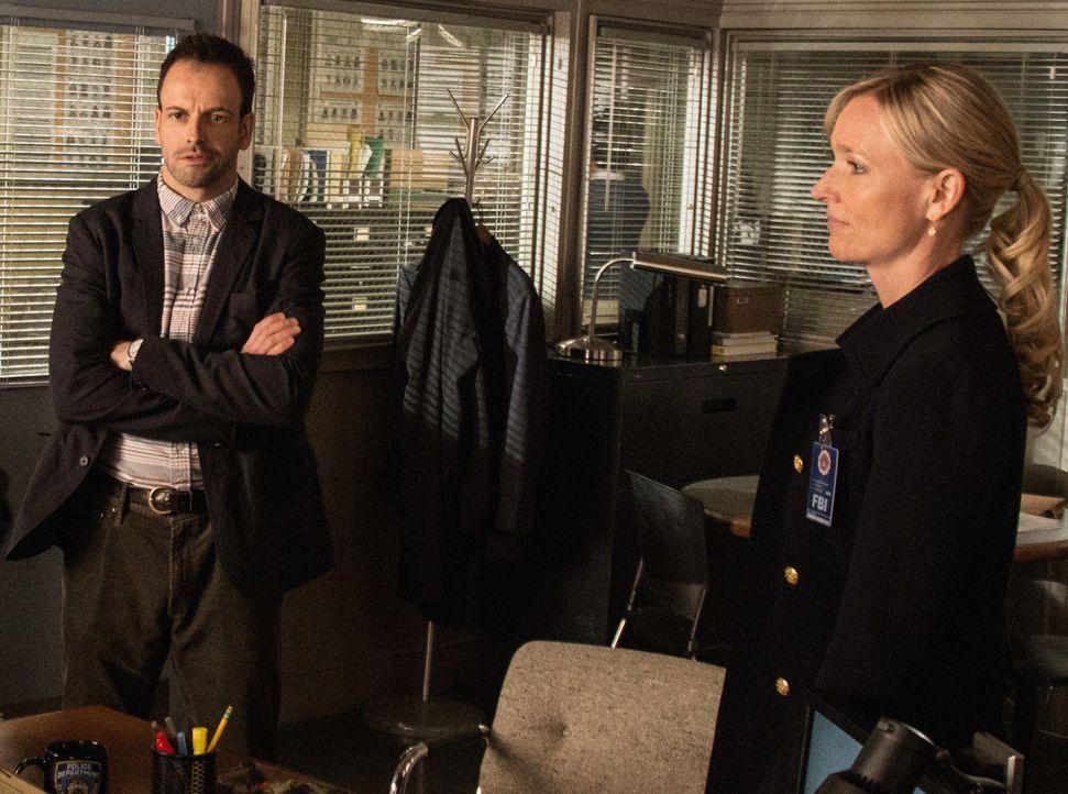 Während der Ermittlungen sieht sich Sherlock Holmes (Jonny Lee Miller, l.) dazu gezwungen, mit der FBI-Profilerin Kathryn Drummond (Kari Matchett,... - Bildquelle: CBS Television