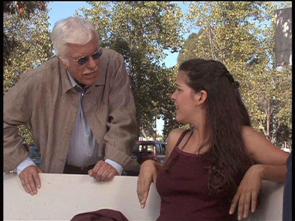 Mark (Dick Van Dyke, l.) fühlt Carla (Nicole Tratini, r.) auf den Zahn. Ihr Bekannter Ray wird verdächtigt, den Ehemann seiner Geliebten erschossen... - Bildquelle: Viacom