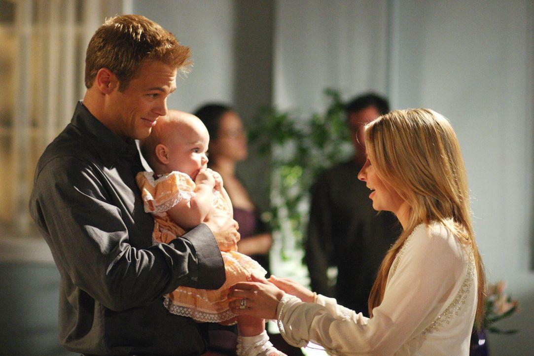 Kevin (George Stults, l.) besucht einen Mutter-Kind-Kurs, während Lucy (Beverley Mitchell, r.) inmitten den Vorbereitungen für ein Kirchenfest steck... - Bildquelle: The WB Television Network