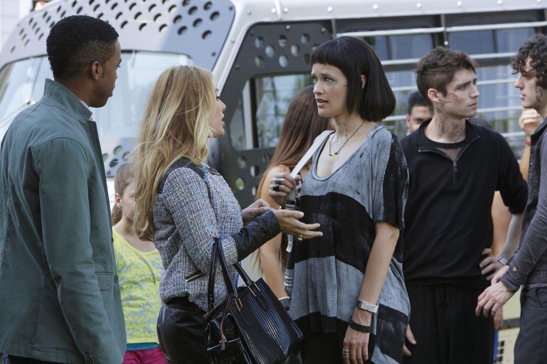 Als Gloria den Atrianern erlaubt, Zeit außerhalb des Sektors zu verbringen, nutzen Lukas (Titus Makin Jr., l.) und auch Taylor (Natalie Hall, 2.v.l.... - Bildquelle: 2014 The CW Network, LLC. All rights reserved.