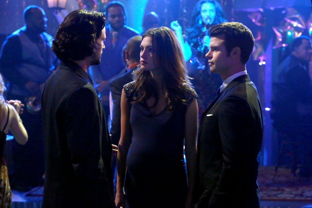 Wird Hayley (Phoebe Tonkin, M.) zwischen Jackson (Nathan Parsons, l.) und Elijah (Daniel Gillies, r.) vermitteln können? - Bildquelle: Warner Bros. Television