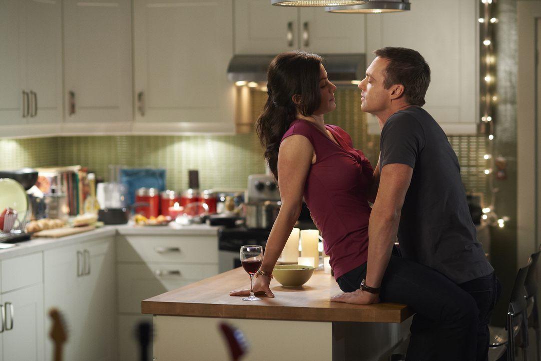 Alex (Erica Durance, l.) erinnert sich an die Zeit vor Charlies (Michael Shanks, r.) Unfall ... - Bildquelle: 2012  Hope Zee One Inc.