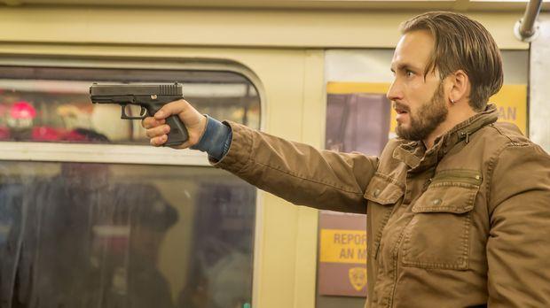Jared Stone (Will Rothhaar) nimmt zahlreiche Fahrgäste einer U-Bahn als Geise...