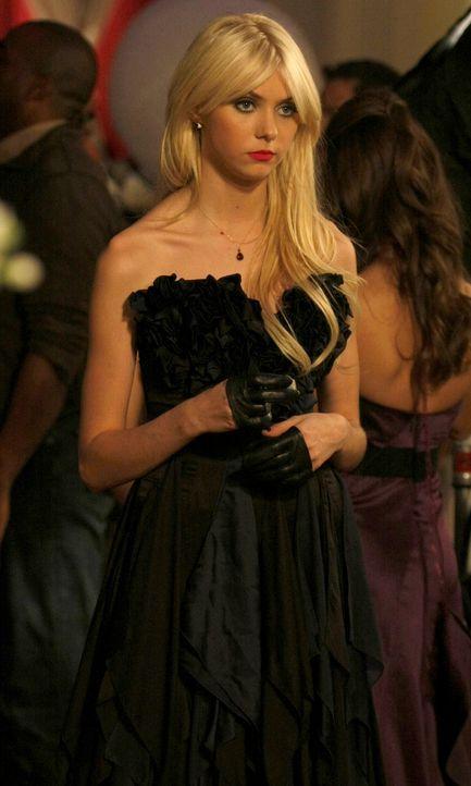 Obwohl Jenny (Taylor Momsen) sich wegen der fehlenden Begleitung bloßgestellt fühlt, gibt sie nicht auf, sondern hat einen neuen Plan. - Bildquelle: Warner Brothers