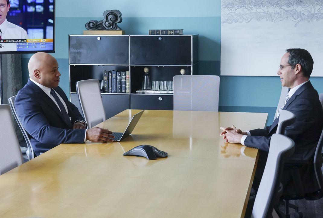 Was will das Unternehmen des toten Bankers vertuschen? Sam (LL Cool J, l.) geht als Day-Trader undercover, nachdem ein prominenter Investmentbanker... - Bildquelle: Monty Brinton 2017 CBS Studios Inc. All Rights Reserved.