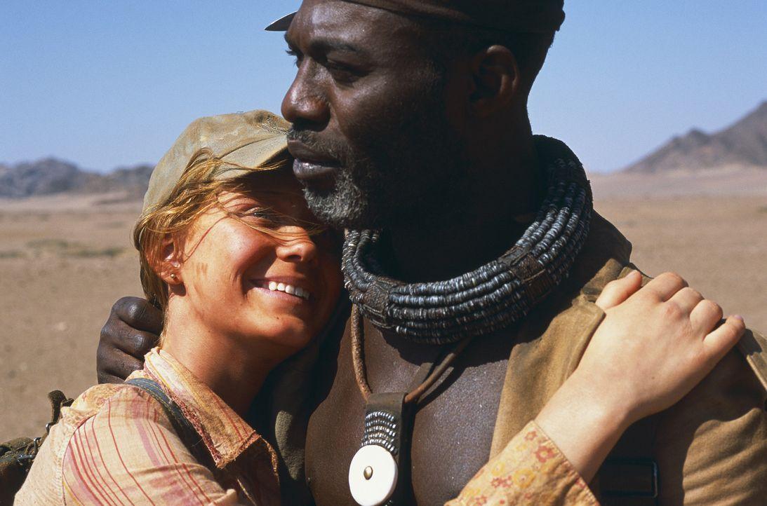 Mitten durch die gnadenlose, namibische Wüste führt ihre schier aussichtslose Suche nach Gary: Grace (Camille Summers, l.) und Himba Kadjiro (Eriq... - Bildquelle: Gaumont