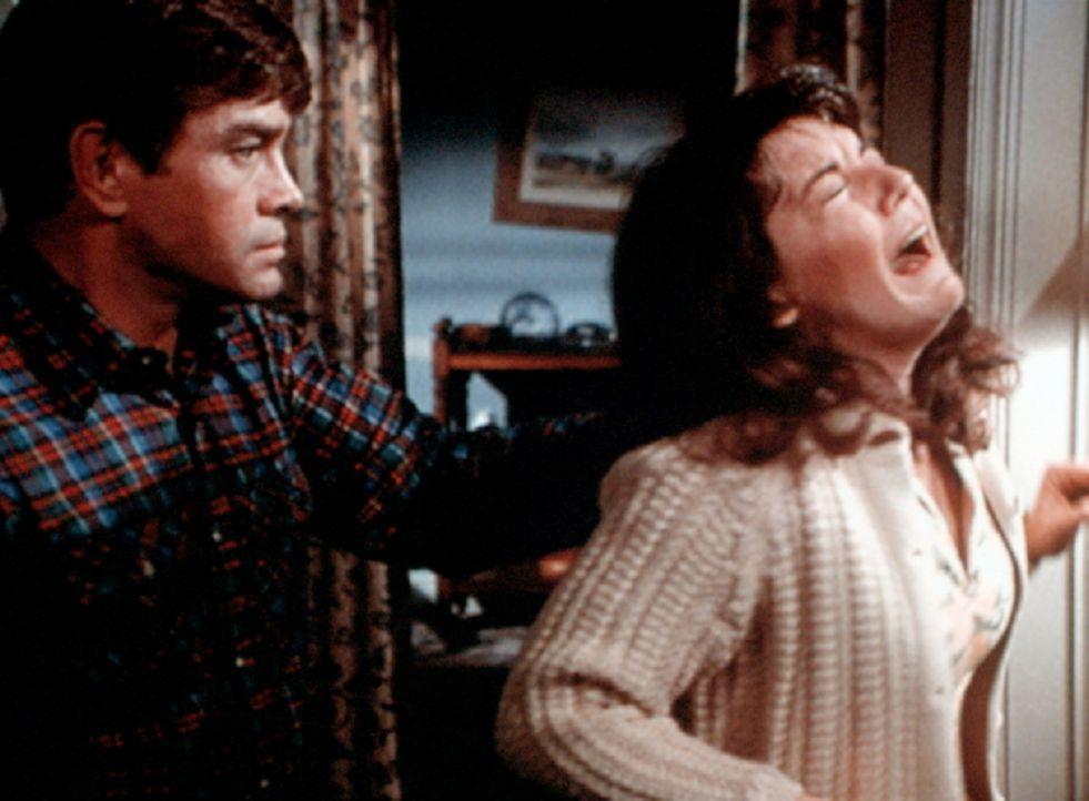 Kenny (Ben Andrews, l.), der noch unter den Kriegsfolgen leidet, bei einer Tätlichkeit gegen seine Frau Laurie (Carol Jones, r.). - Bildquelle: WARNER BROS. INTERNATIONAL TELEVISION