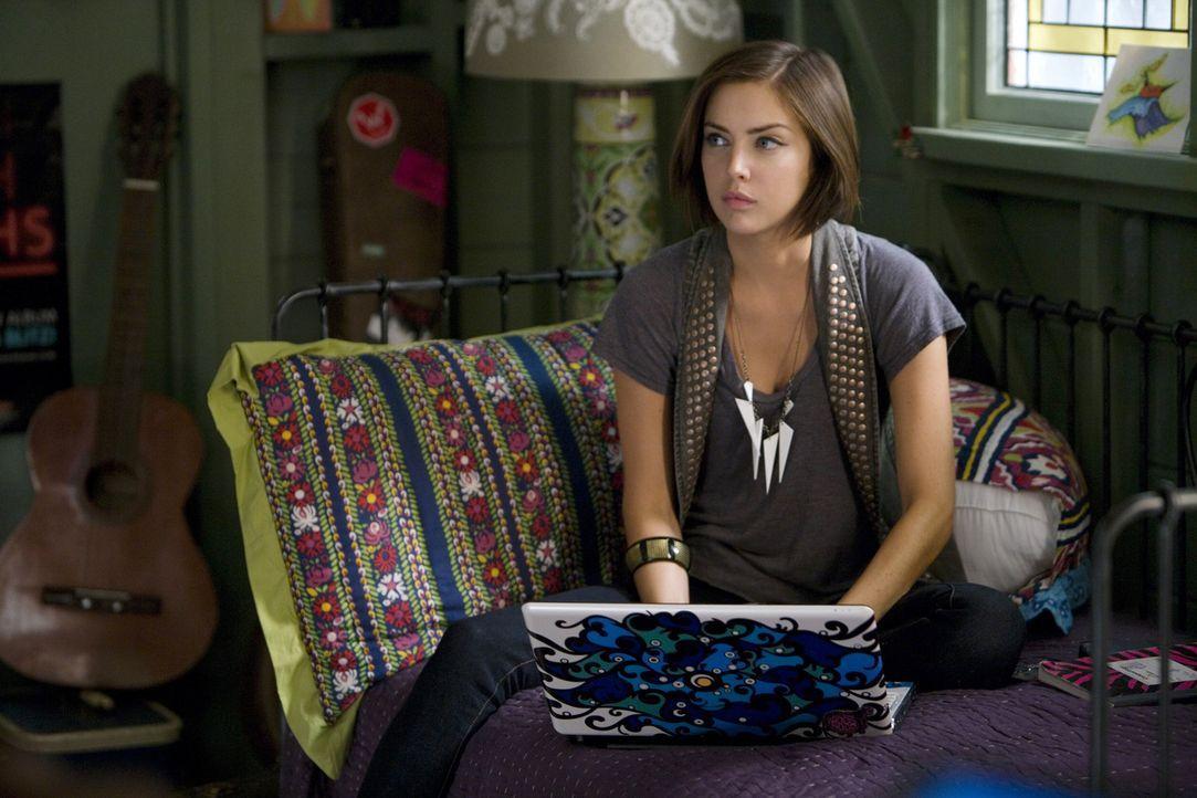 Silver (Jessica Stroup) macht sich Sorgen um ihre kranke Mutter... - Bildquelle: TM &   CBS Studios Inc. All Rights Reserved