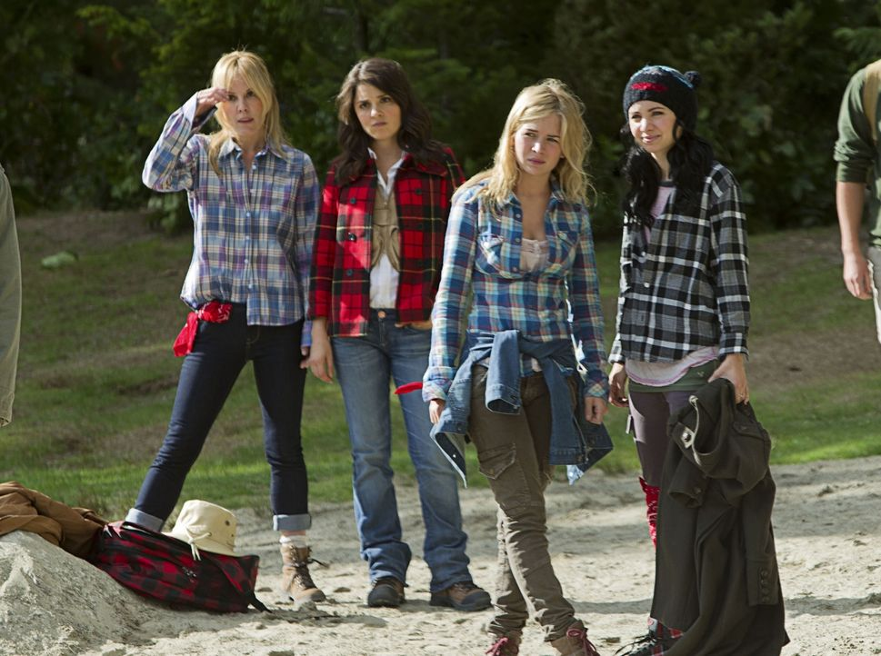 Befinden sich alle gemeinsam auf einem Camping-Ausflug von Lux' Schule: v.l.n.r. Emma (Emma Caulfield), Cate (Shiri Appleby), Lux (Brittany Robertso... - Bildquelle: The CW   2010 The CW Network, LLC. All Rights Reserved