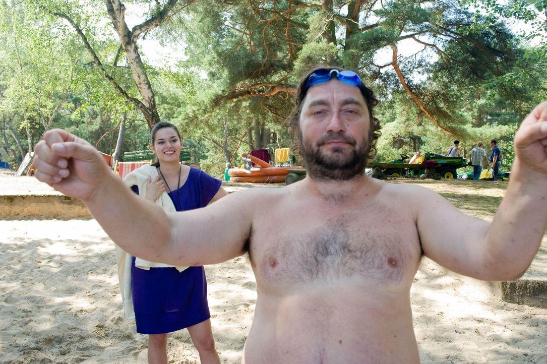 Nudist aus Überzeugung: Als Natalie (Diane Willems, l.) den nackerten Uwe (Heiko Pinkowski, r.) bei der Frühgymnastik entdeckt, macht ihr Vater einen Riesenaufstand ...
