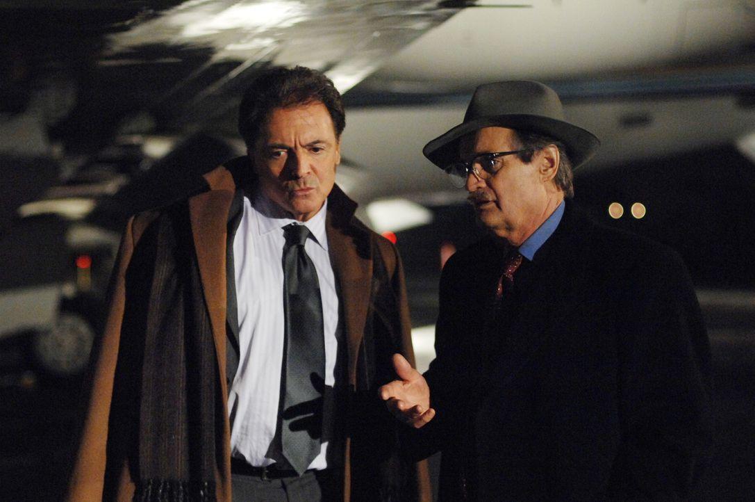 Ducky (David McCallum, r.) soll undercover Grenouille (Armand Assante, l.) und seine  Leute bei der Übergabe fassen ... - Bildquelle: CBS Television