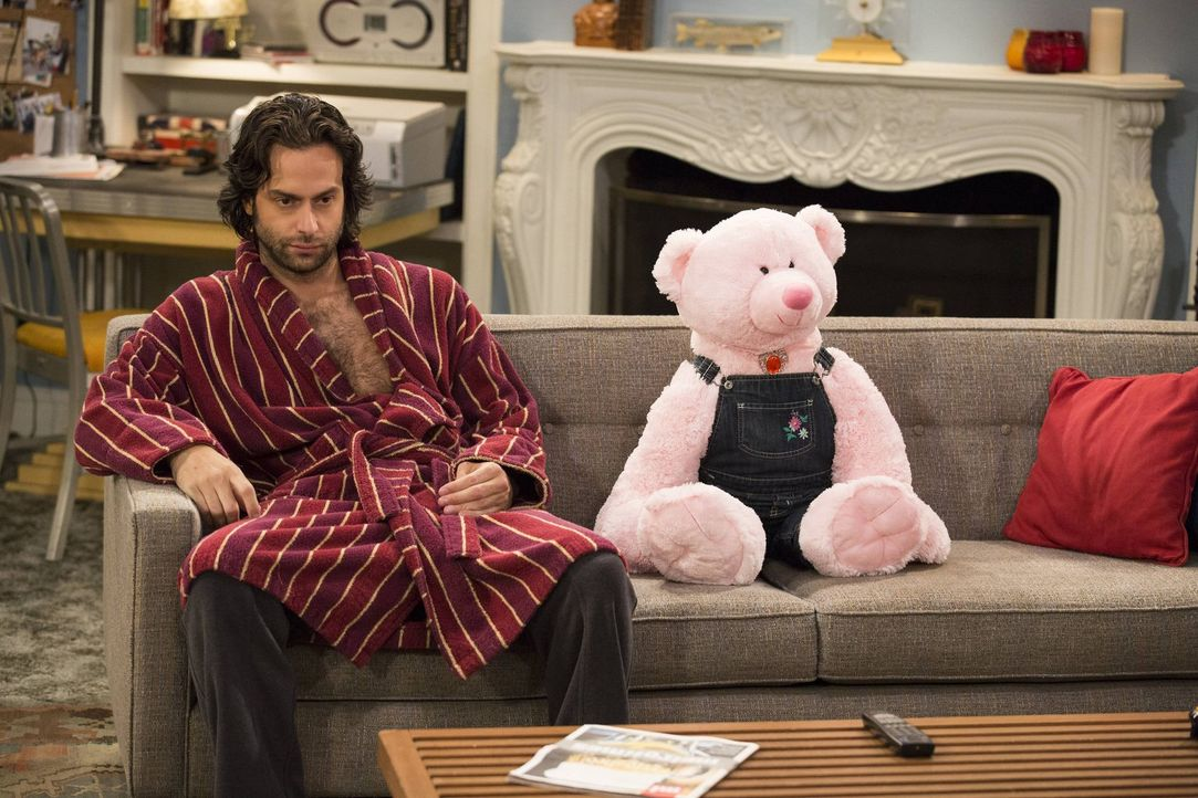 Was hat der riesige Teddybär auf Dannys (Chris D'Elia) Couch zu suchen? - Bildquelle: Warner Brothers