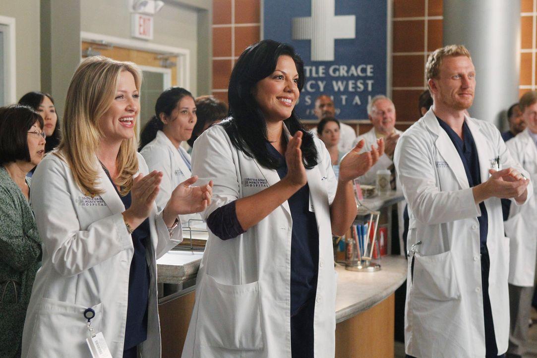 Freuen sich, dass Derek wieder zurück ist, doch der hat eine ganz besondere Überraschung für das Team: Callie (Sara Ramirez, M.), Owen (Kevin McKidd... - Bildquelle: ABC Studios