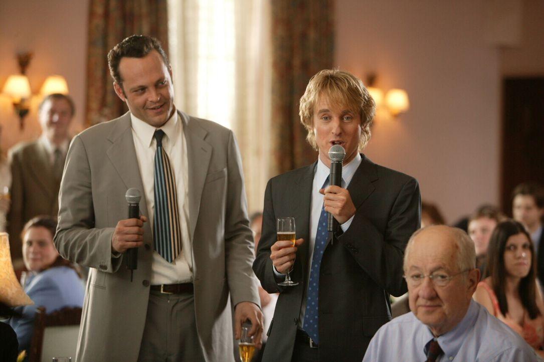 Den beiden Hochzeits-Crasher John Beckwith (Owen Wilson, r.) und Jeremy Grey (Vince Vaughn, l.) sind in ihrem Element. Denn auf einer Hochzeit lasse... - Bildquelle: Warner Bros. Television