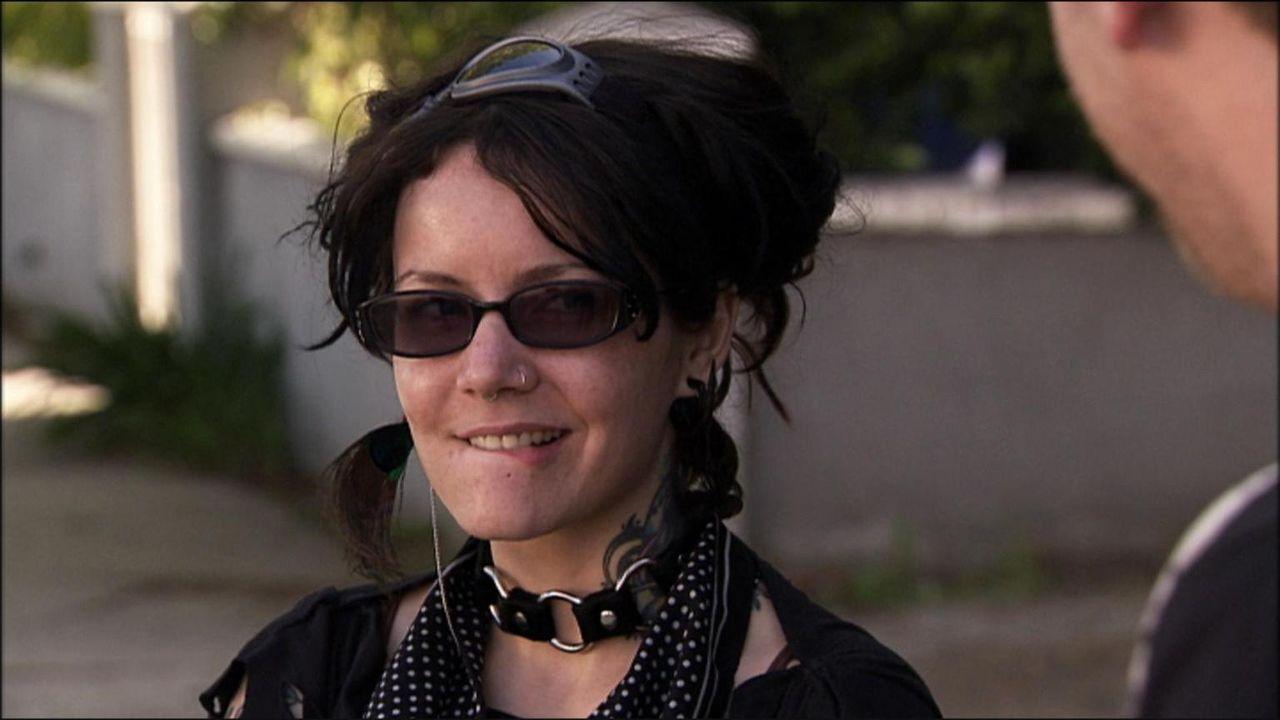 Die rebellische Jena kleidet sich gerne im Punk-Stil mit vielen düsteren Elementen. Ihr Look und ihre negative Einstellung schrecken ab - sowohl im...