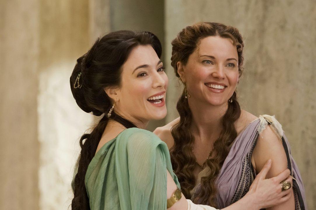 Treffen nach langer Zeit wieder aufeinander: Gaia (Jaime Murray, l.) und Lucretia (Lucy Lawless, r.) ... - Bildquelle: 2010 Starz Entertainment, LLC