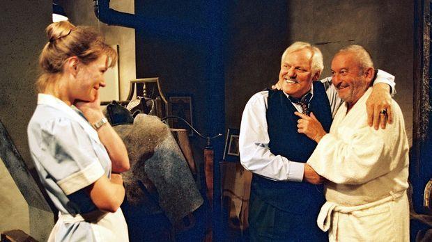 Zimmermädchen Ariane (Katja Weitzenböck, l.) hat ihren Vater Karl Bisentus (H...