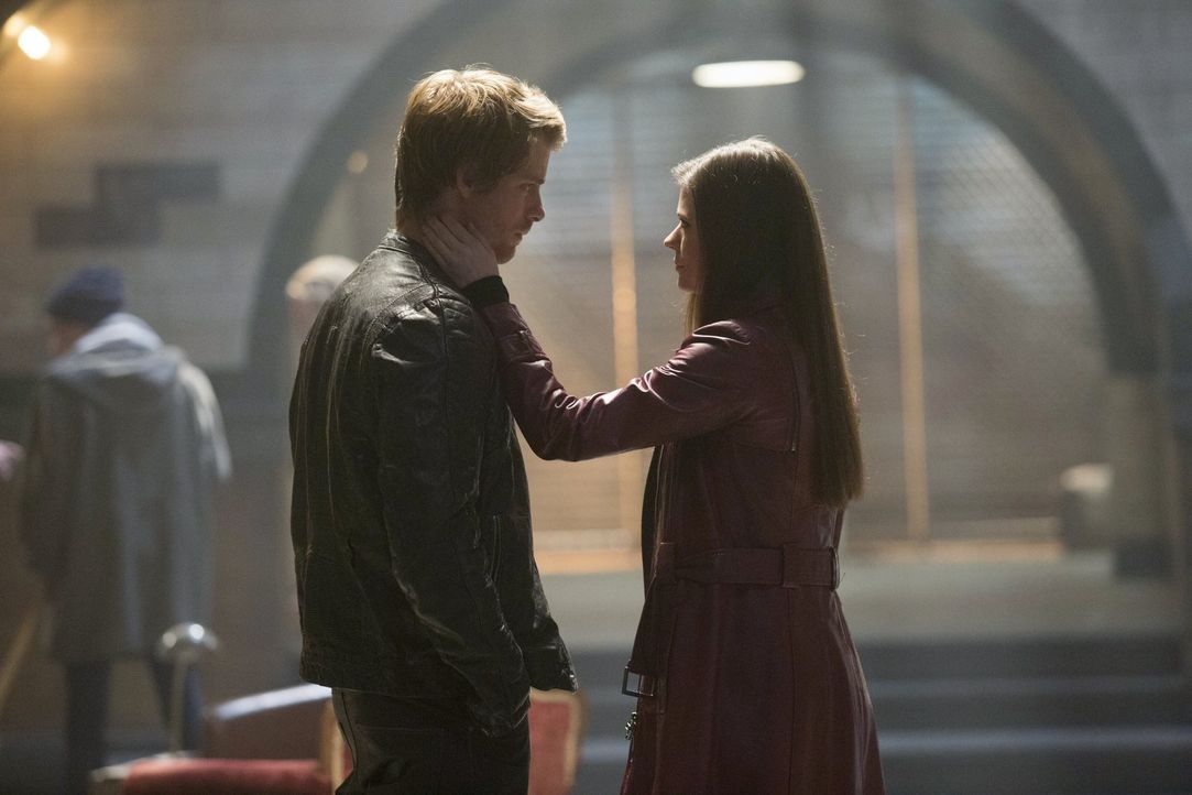 Bringen die neusten Ereignisse Cara (Peyton List, r.) und John (Luke Mitchell, l.) wieder dichter zusammen? - Bildquelle: Warner Bros. Entertainment, Inc