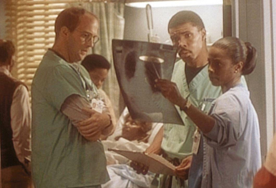 Dr. Langsworty (Tyra Ferrell, r.), Dr. Benton (Eric LaSalle, 2.v.r.) und Dr. Greene (Anthony Edwards, l.) überlegen, wie sie bei einer Herzpatienti... - Bildquelle: TM+  WARNER BROS.