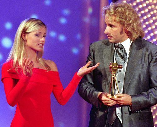 Das Fernsehdebüt: Michelle Hunziker 1999 bei der Verleihung der Goldenen Kamera in Berlin. Als Assistentin von Galamoderator Thomas Gottschalk ste... - Bildquelle: dpa