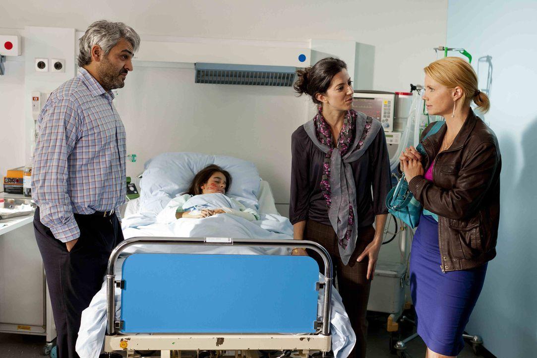 Wird Danni (Annette Frier, r.) ihrem Mandanten helfen können, indem sie mit Erdogan (Ulas Kilic, l.) und Fatima Celik (Suzan Demircan, 2.v.r.), den... - Bildquelle: SAT.1