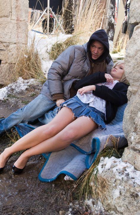 Duncan (Frank Whaley, l.) hat ein neues Opfer gefunden: eine junge Frau (Whitney Labrum, r.). Sie wird er nun töten, wiederbeleben und erneut töten... - Bildquelle: Warner Bros. Television