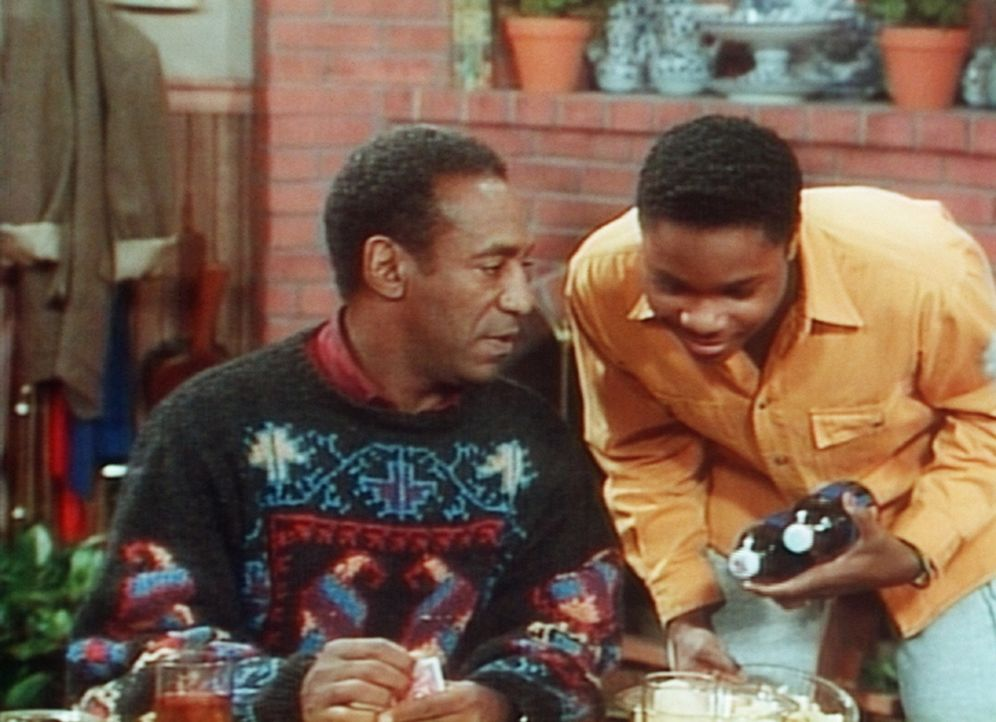 Cliff (Bill Cosby, l.) hat jetzt keine Zeit für Theo (Malcolm-Jamal Warner, r.), da er am Kartentisch gerade einen Kampf ums Überleben führt. - Bildquelle: Viacom