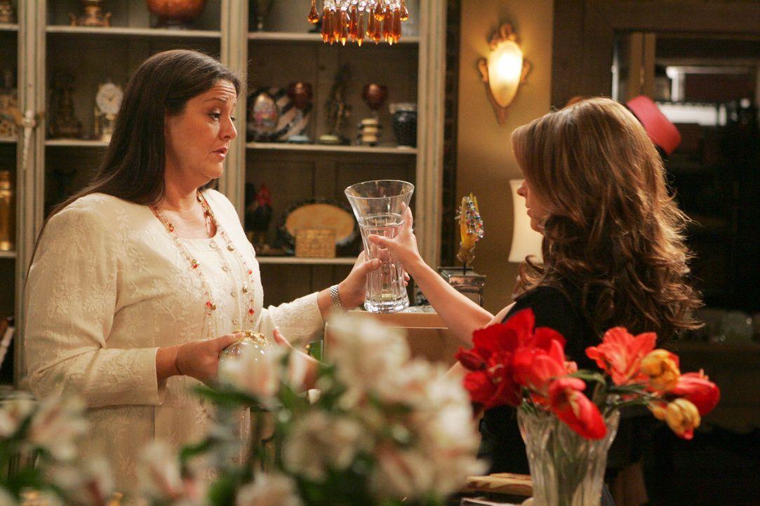 Delias (Camryn Manheim, l.) Sohn Ned hat sein erstes Date und sie macht sich große Sorgen. Melinda (Jennifer Love Hewitt, r.) versucht sie zu beruhi... - Bildquelle: ABC Studios