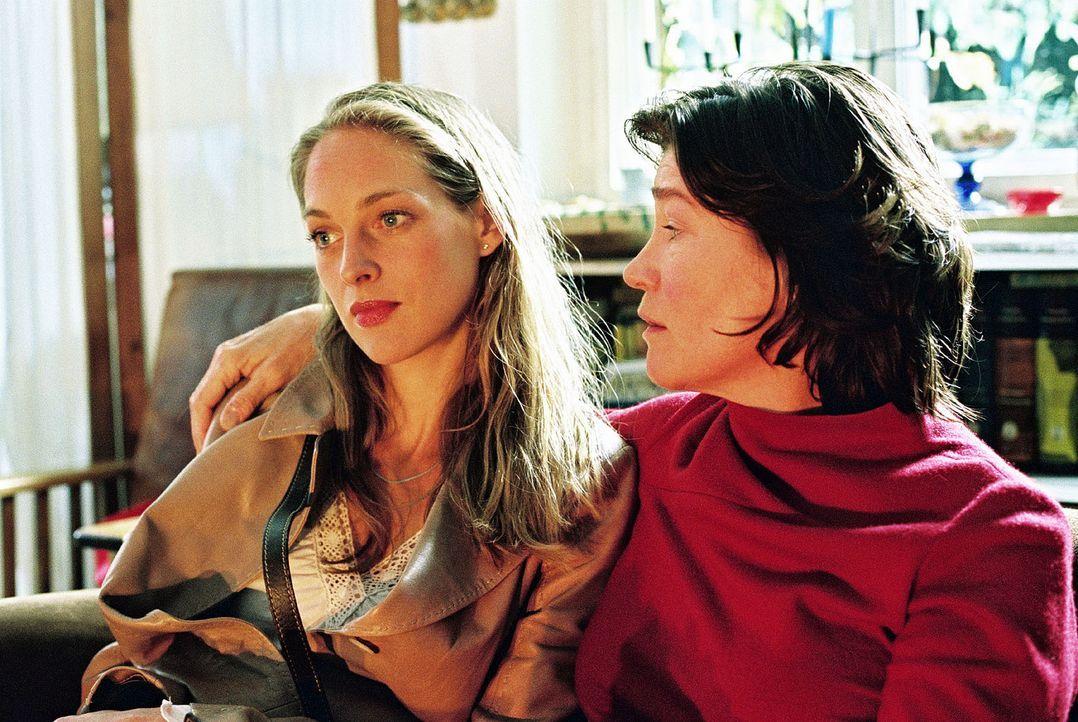 Katrin (Sophie von Kessel, l.) sucht Rat bei Ella (Tina Engel, r.). - Bildquelle: Christian A. Rieger Sat.1