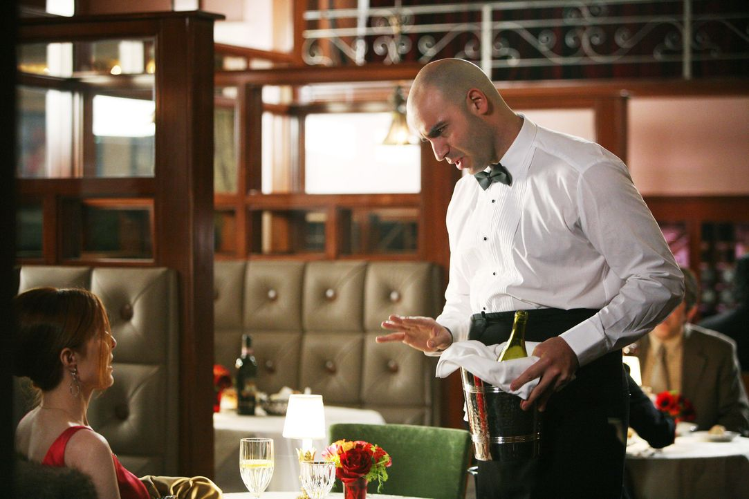 Bei einem Restaurantbesuch genehmigt sich Bree (Marcia Cross, l.) ein paar Gläser Wein. Tony (Dominic Pace, r.), der Keller ist der Meinung, dass es... - Bildquelle: 2005 Touchstone Television  All Rights Reserved