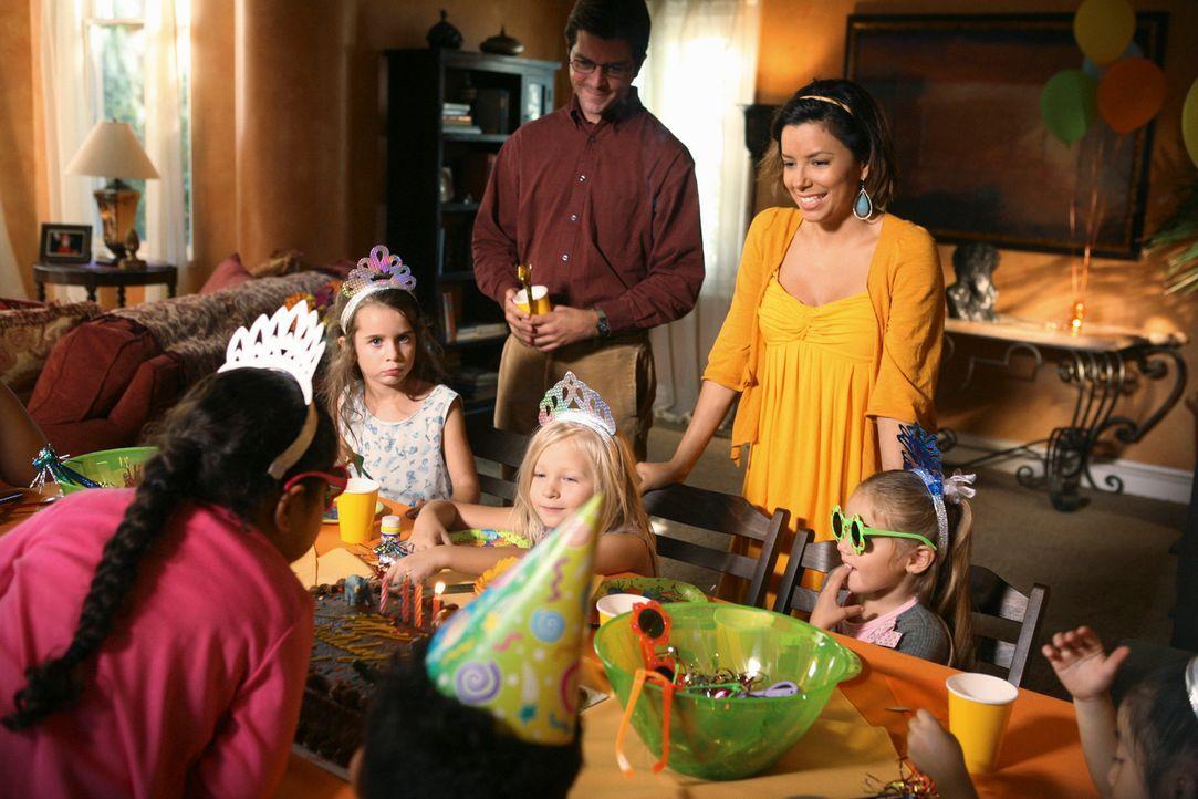 Die Geburtstagsparty von Celia ist im vollen Gange, als plötzlich Virginia auftaucht. Da wird Gabrielle (Eva Longoria, hinten r.) mehr als nur sauer... - Bildquelle: ABC Studios