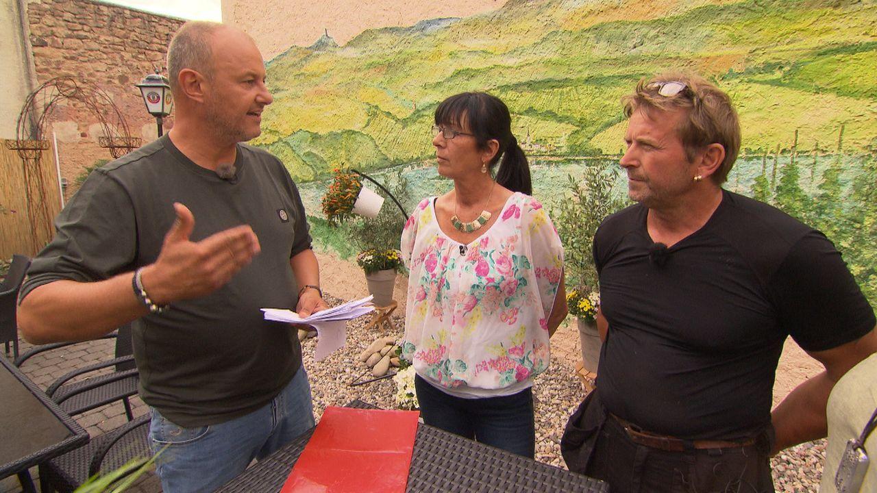 In der Eifel betreibt Lydia Aghegyi (M.) ein Gasthaus, dem die Gäste fehlen. Frank Rosin (l.) spannt auch ihren Mann Janosch (r.) mit ein, in der Ho... - Bildquelle: kabel eins