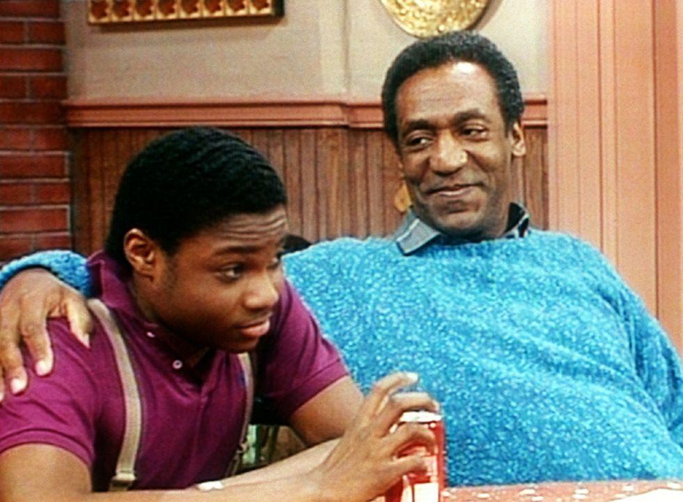 Cliff (Bill Cosby, r.) weiß, dass er das Geheimnis seines Geburtstagsgeschenks Theo (Malcolm-Jamal Warner, l.) am ehesten entreißen kann; doch der... - Bildquelle: Viacom