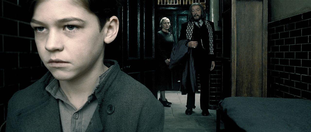 Vergangenheit: Als Albus Dumbledore (Michael Gambon, r.) vor vielen Jahren den Waisenjungen Tom Riddle (Hero Fiennes-Tiffin, l.) nach Hogwarts holt,... - Bildquelle: Warner Brothers