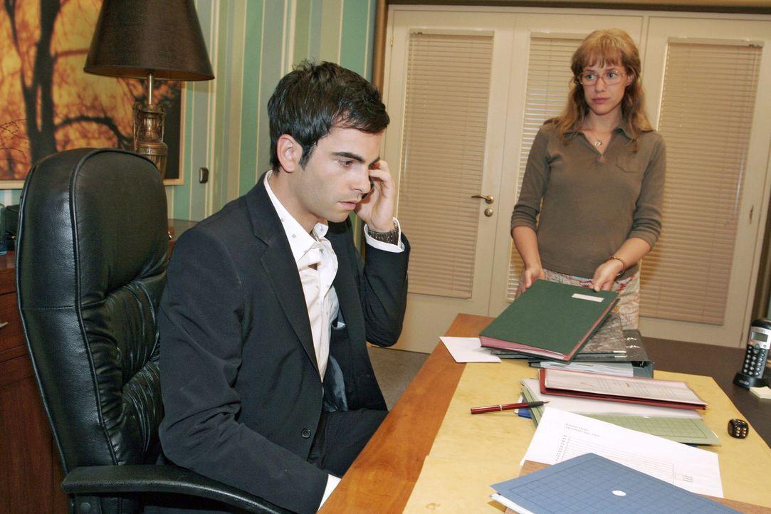 Während David (Mathis Künzler, l.) beunruhigende Nachrichten aus der Klinik erhält, bringt Lisa (Alexandra Neldel, r.) die Unterschriftenmappe, d... - Bildquelle: Sat.1