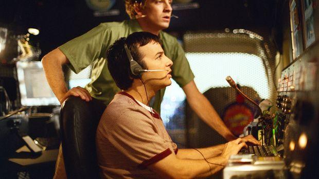 Andrew (Tom Lenk, hinten) und Jonathan (Danny Strong, vorne) befinden sich au...