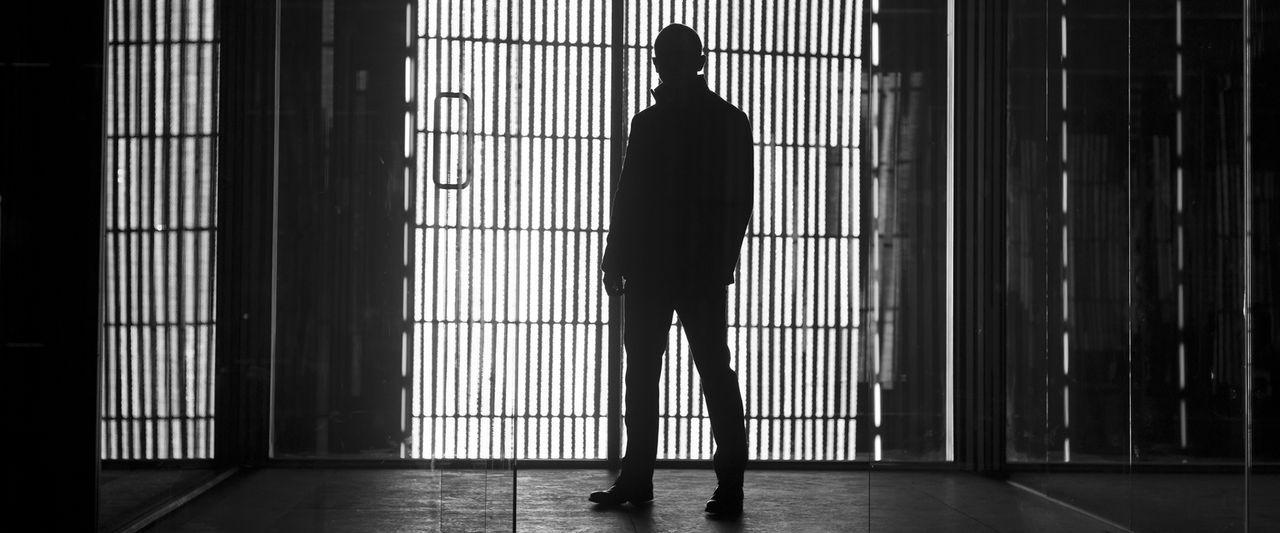 Von Freund und Feind für tot gehalten, hält sich 007 (Daniel Craig) seit drei Monaten versteckt, bis ihn ein Bombenanschlag auf den britischen Gehei... - Bildquelle: Skyfall   2012 Danjaq, LLC, United Artists Corporation and Columbia Pictures Industries, Inc. All rights reserved.