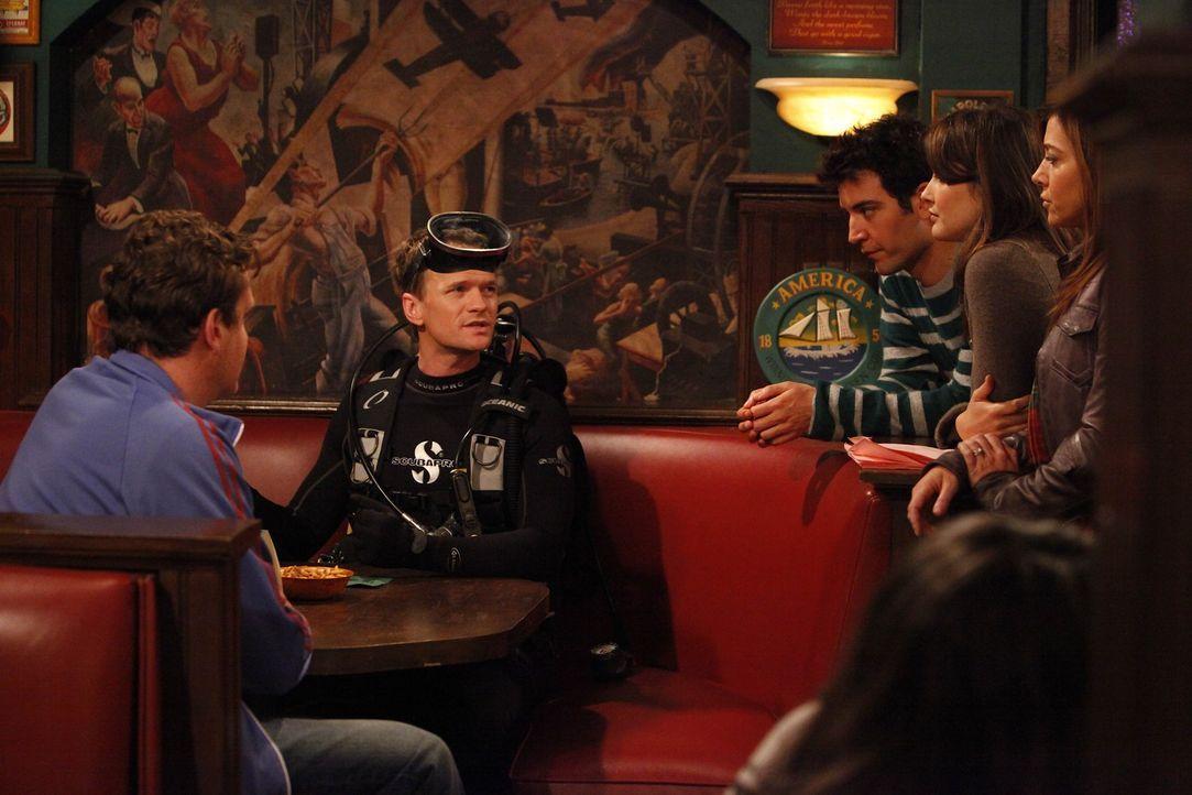 Barney (Neil Patrick Harris, 2.v.l.) zieht alle Register, um Frauen flachzulegen. Ted (Josh Radnor, M.), Marshall (Jason Segel, l.), Lily (Alyson Ha... - Bildquelle: 20th Century Fox International Television
