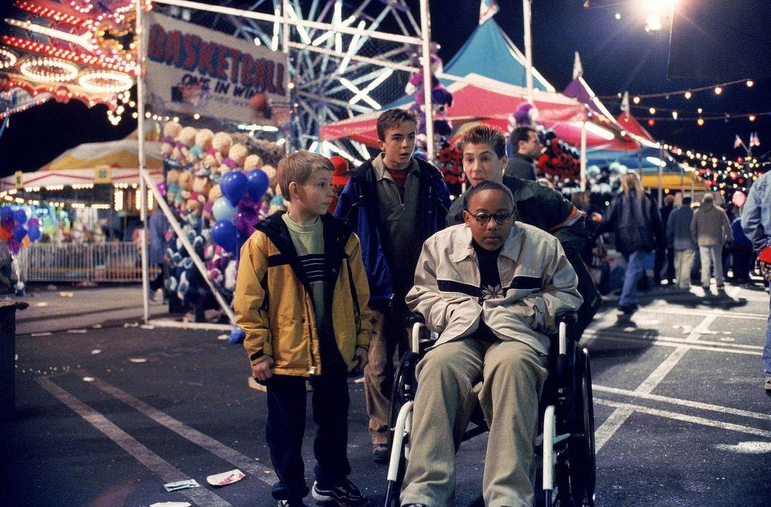 Auf dem Jahrmarkt entdecken Dewey (Erik Per Sullivan, l.), Malcolm (Frankie Muniz, 2.v.l.), Stevie (Craig Lamar Traylor, 2.v.r.) und Reese (Justin B... - Bildquelle: TM +   2000 Twentieth Century Fox Film Corporation. All Rights Reserved.