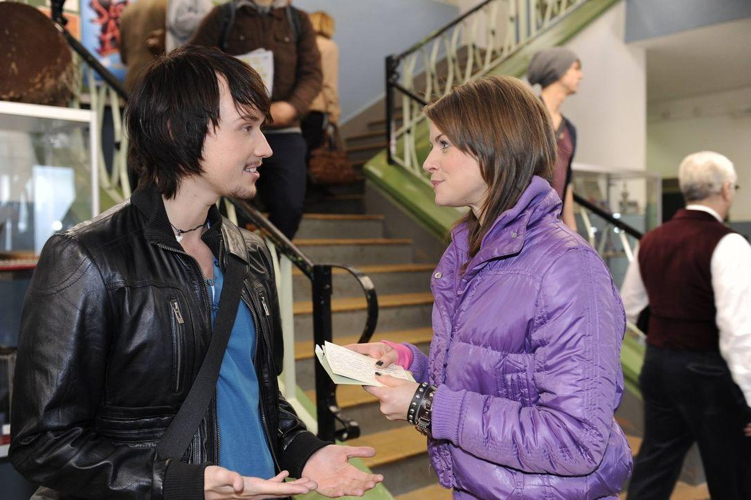 Wird ihre gemeinsame Nacht auffliegen? Ben (Christopher Kohn, l.) und Jenny (Lucy Scherer, r.) - Bildquelle: Christoph Assmann SAT.1