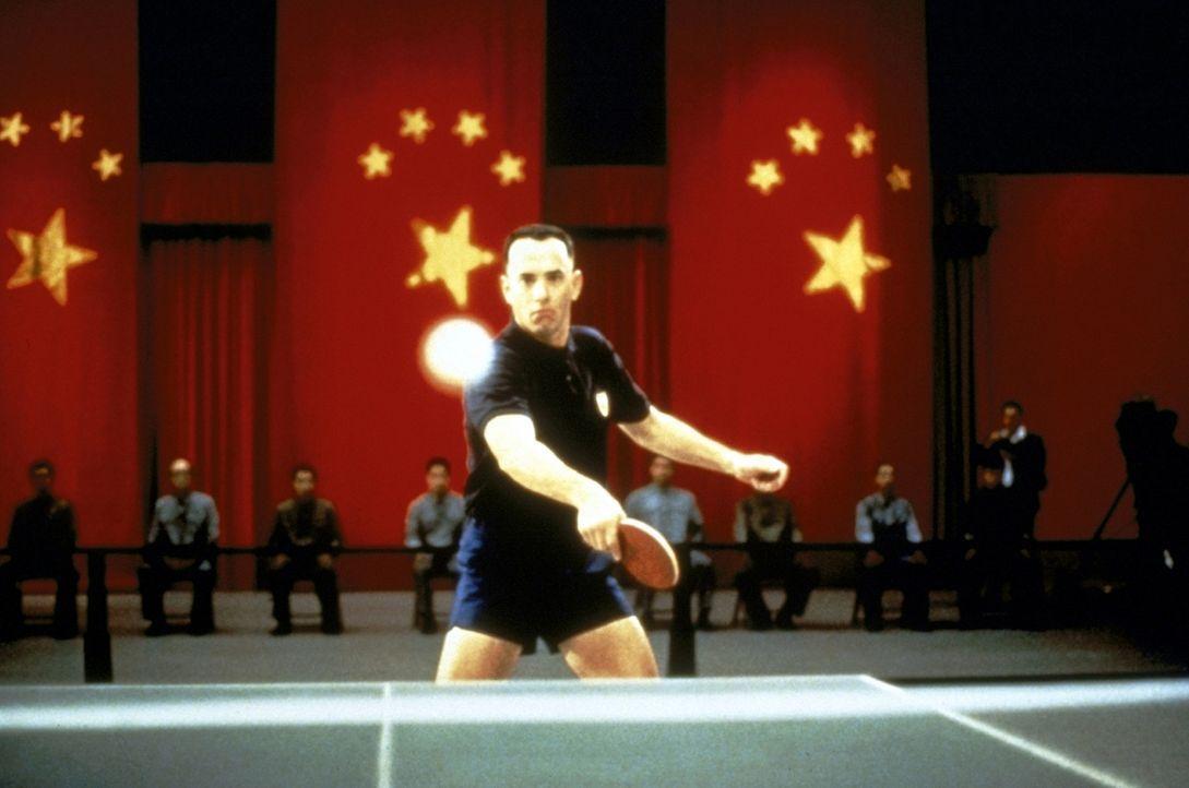 Dank seiner läuferischen Fähigkeiten hat Forrest (Tom Hanks) ein bewegtes Leben: Als Weltklasse-Tischtennisspieler darf er sogar als erster US-Bü... - Bildquelle: Paramount Pictures
