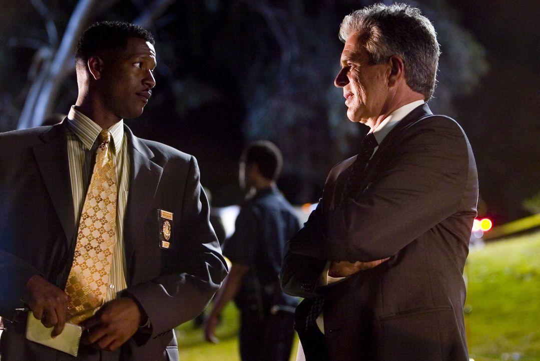 Allerdings stehen Gabriel (Corey Reynold, l.) und Flynn (Tony Denison, r.) nun vor dem nächsten Problem: der Zeuge, der Sohn des ermordeten Richters... - Bildquelle: Warner Brothers Inc.