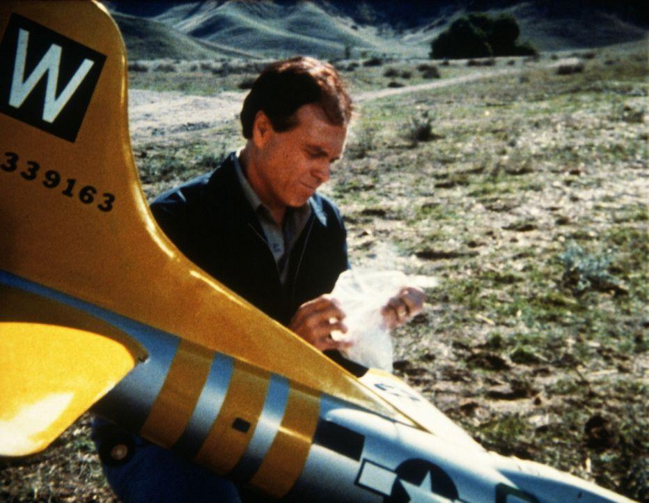 Detektiv Charly (robert Ford) findet in einem Modellflugzeug Kokain. - Bildquelle: Worldvision Enterprises, Inc.