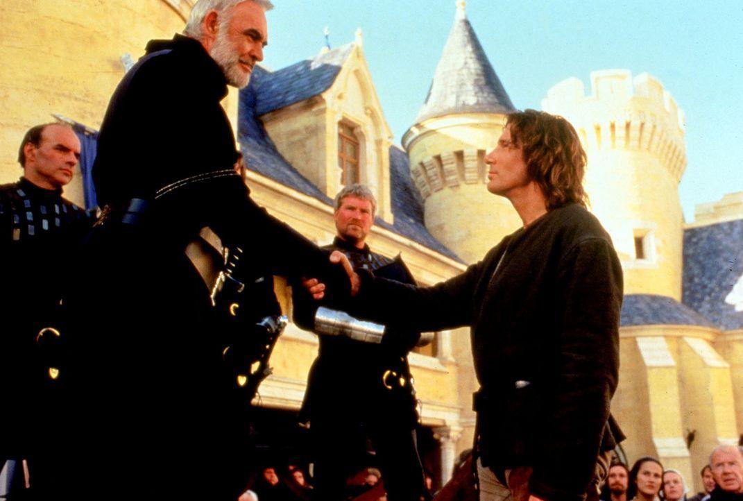 König Artus (Sean Connery, l.) ist von den Kampfeskünsten Lancelots (Richard Gere, r.) beeindruckt. - Bildquelle: Columbia Pictures